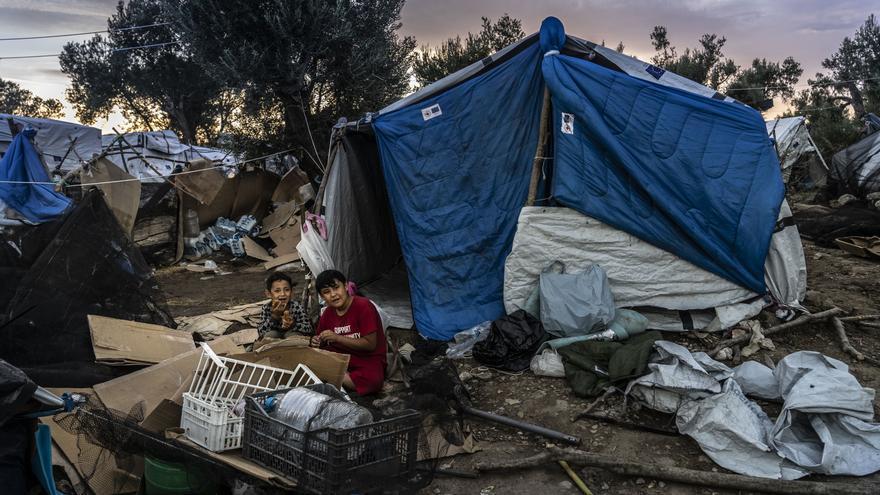 Raana es una mujer afgana de 40 años que vive con su marido y sus tres hijos en el olivar junto al campamento de Moria.