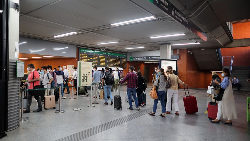 Pasajeros realizan cola para entrar a un tren de la Estación de Atocha Renfe.