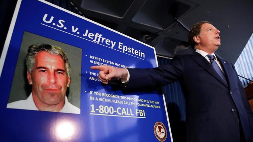 El magnate Epstein no fue vigilado la noche antes de hallarlo muerto en su celda