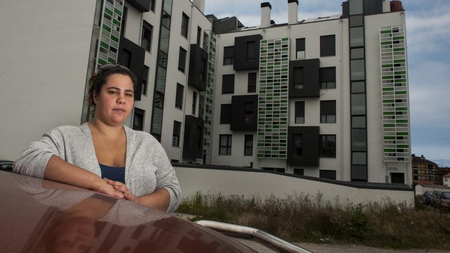 Laura Fernández, antigua inquilina de una VPO en Santander. | JOAQUÍN GÓMEZ SASTRE