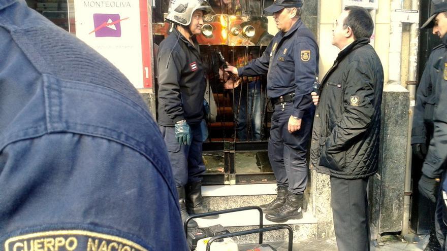 La Policía ordena a un bombero abrir el portal para el desalojo