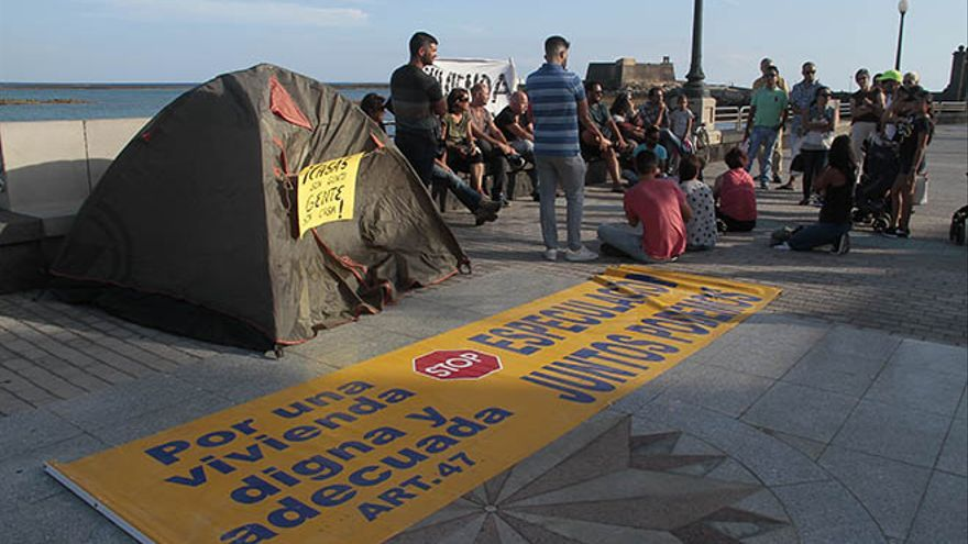 Acampada de Gabriela ante el Ayuntamiento de Arrecife. (Felipe de la Cruz)