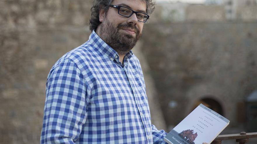 Sergio del Molino con el libro 'Lugares fuera de sitio'.   G. AYERBE