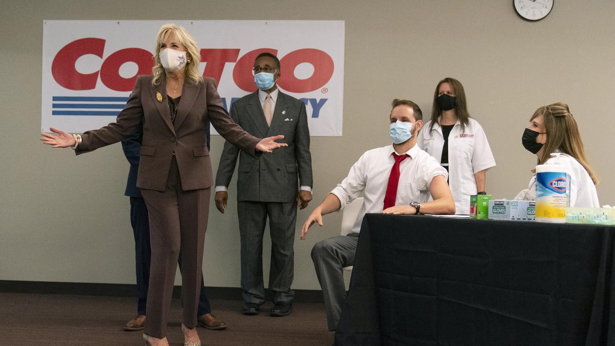 La primera dama Jill Biden en un centro de vacunación en Kansas City, Misuri, en mayo.