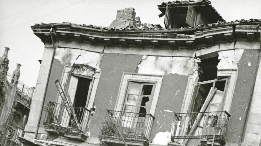 Daños producidos en un edificio de la plaza Seis de Agosto por los bombardeos de la aviación franquista. Gijón, 14 de octubre de 1937