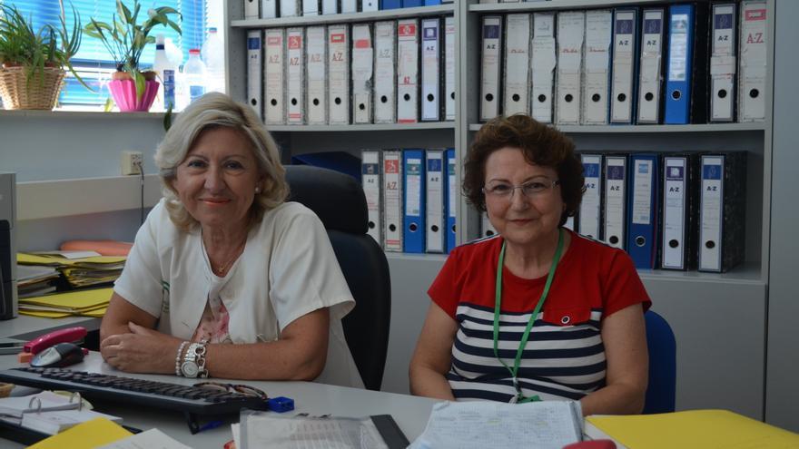 Asunción Mancera y Rosa Seguera, administrativas del Hospital Virgen del Rocío desde los años setenta.