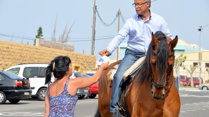 Chano Henríquez, a lomos de su caballo repartiendo papeletas de su partido (TELDEACTUALIDAD)