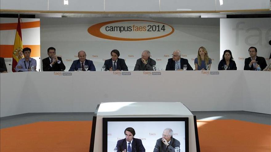 Schäuble y De Guindos eluden hablar del Eurogrupo, pero Aznar le desea suerte