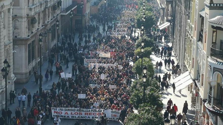 """""""La salud es un derecho"""": miles de personas se manifiestan por la sanidad pública en Sevil ..."""