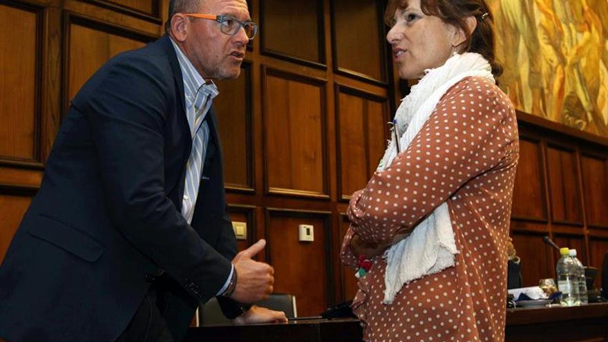 Los consejeros del Cabildo de Gran Canaria José Miguel Álamo (PP) e Inés Jiménez (NC), conversan momentos antes de celebrarse el último pleno de la Corporación. (EFE/Elvira Urquijo A.)