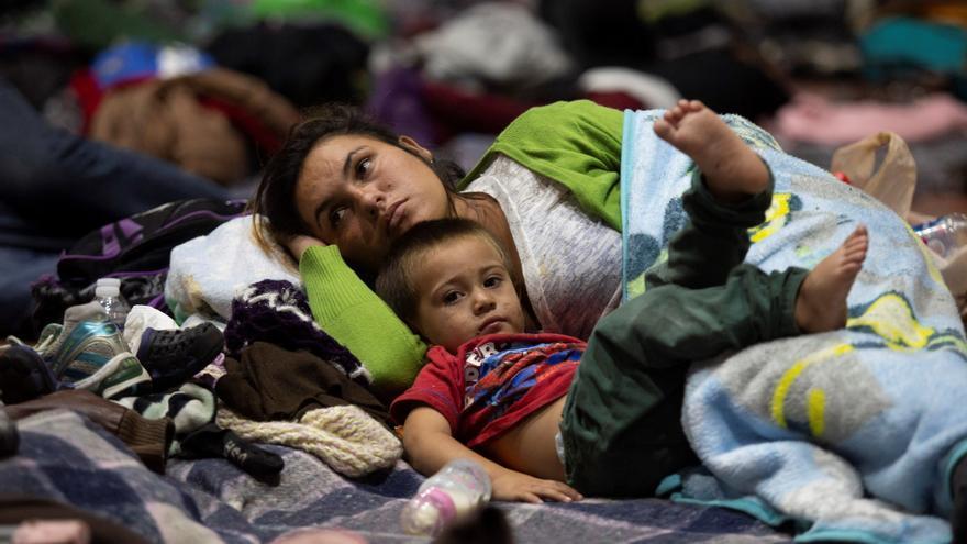 Una mujer y un niño descansan en el Auditorio Benito Juárez el 12 de noviembre de 2018, en la ciudad de Guadalajara, en el estado de Jalisco (México).
