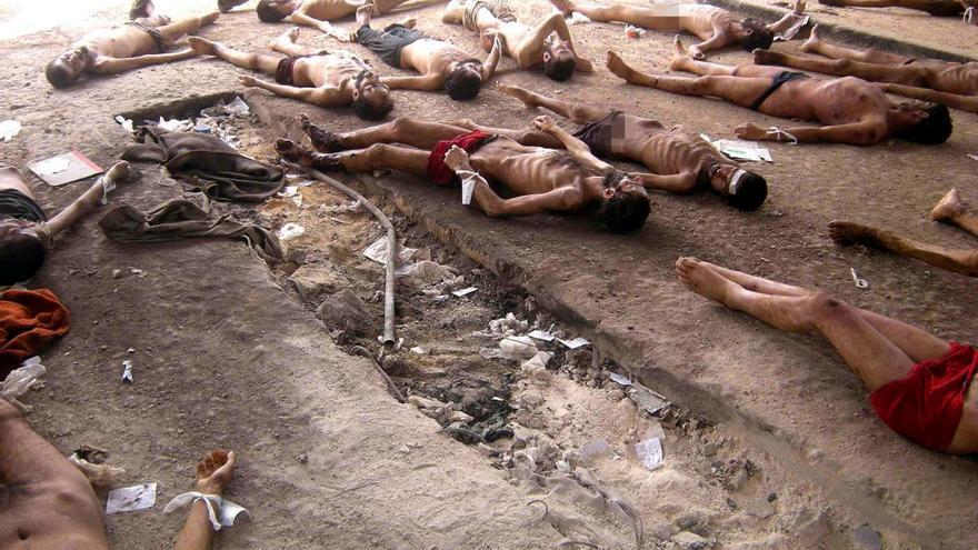 Grupo de cadáveres de presos sirios colocados para ser fotografiados y registrados en el hospital militar de Mezze, Damasco.