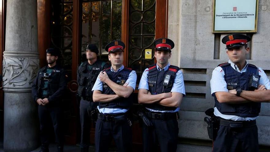 Mossos y guardias civiles, en la conselleria de Economía