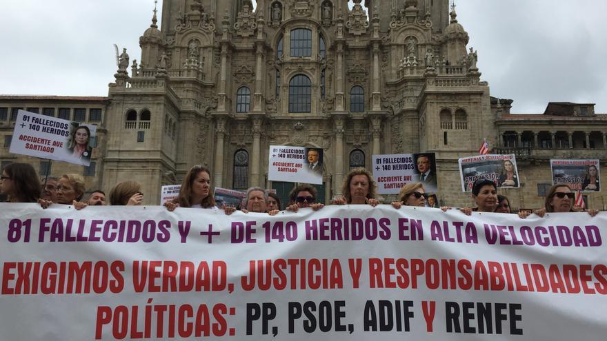 Víctimas del accidente de Angrois con carteles con los rostros de Blanco y Pastor en el quinto aniversario del siniestro