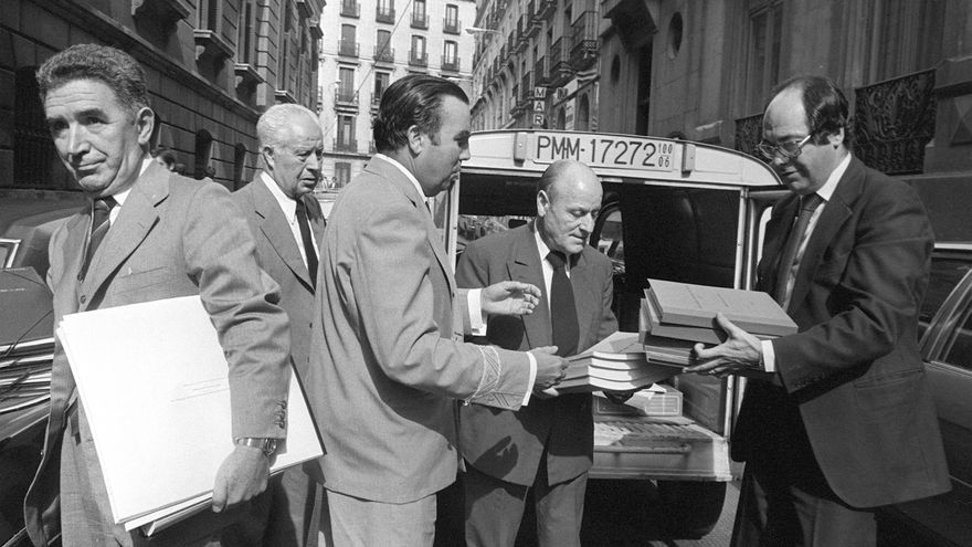 Los Presupuestos Generales del Estado de 1979 son transportados en una furgoneta y conducidos al Palacio de las Cortes, donde el ministro de Hacienda, Francisco Fernández Ordóñez, se los entregará al presidente de las Cortes