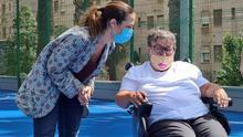 La alcaldesa, Patricia Hernández, en el curso de una visita a las canchas deportivas del barrio de Santa Clara, en Santa Cruz de Tenerife