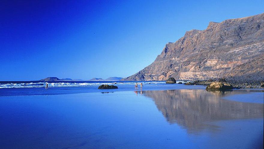 La espectacular playa de Famara, en Lanzarote. TURISMO DE LANZAROTE