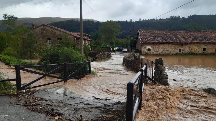 La lluvia desborda el río Saja a su paso por Sopeña y Mazcuerras