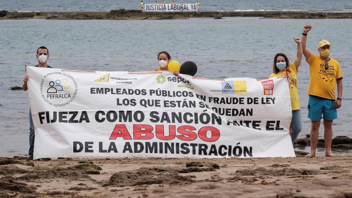 El comité de huelga de los empleados públicos que se consideran afectados por abuso de temporalidad en la administración general de la comunidad autónoma canarias realizaron este lunes una cadena humana en la playa de Las Canteras como medida de protesta