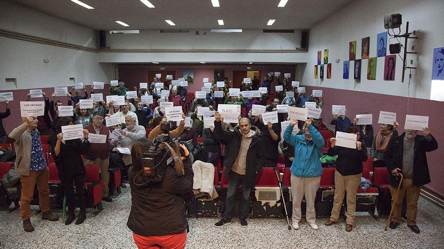 Los asistentes a la asamblea muestran en los carteles las consecuencias de la turistificación. / Félix Lorrio (Coordinadora de Coordinadora de Asociaciones Vecinales de Centro)