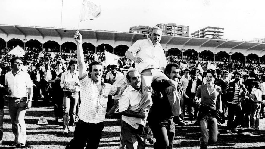 Pepe López saliendo a hombros del Heliodoro.