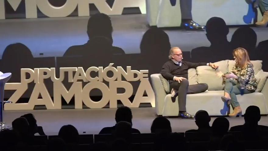 Bertín Osborne y Maite Martín, durante la entrevista que le realizó en la gala. Foto: Emprende Zamora