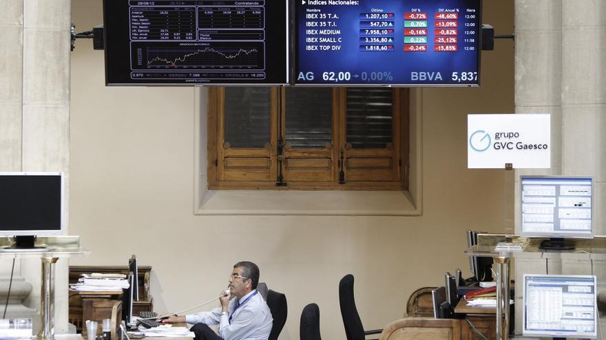 El IBEX 35 cae el 0,36 por ciento a mediodía y supera los 7.300 puntos