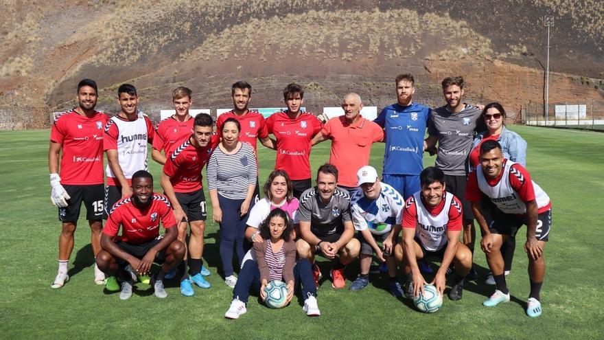 Los jugadores del CD Tenerife posando junto a las personas del centro Probosco.