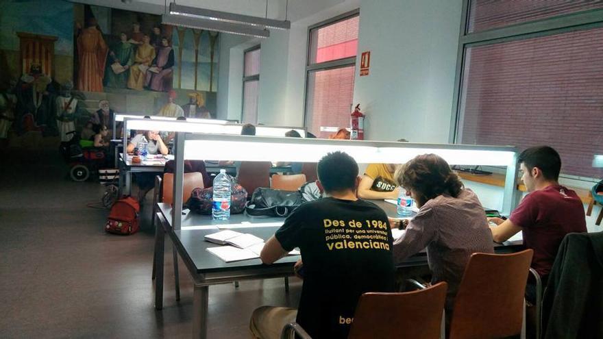 Alumnos en la biblioteca de Humanidades Joan Reglà