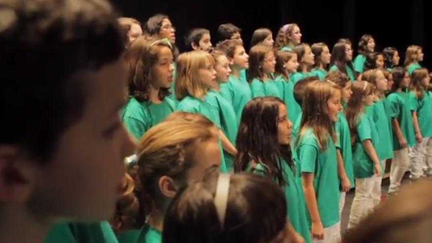 El Coro Infantil de Loranc, del Colegio Público Fregacedos de Fuenlabrada, cantando a favor de la escuela pública.