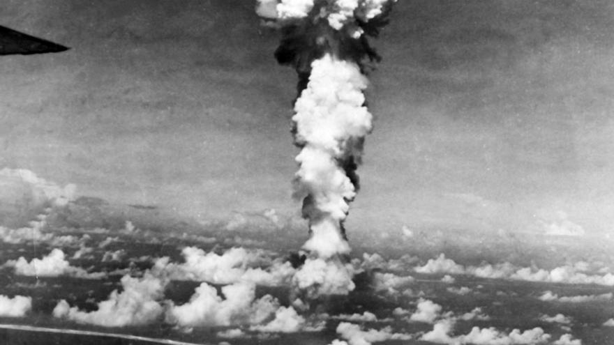 Fotografia del hongo nuclear realizada desde el mismo bombardero B-29 que arrojó la bomba atómica sobre la ciudad de Hiroshima.. EFE/INTERNATIONAL NEWS PHOTOS/Archivo
