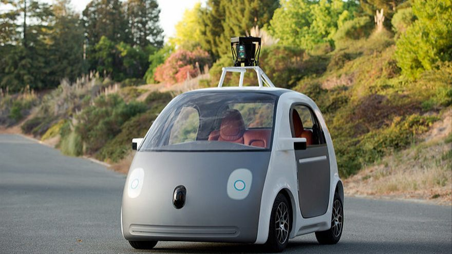 El coche en forma de huevo de Google, coronado por un lídar