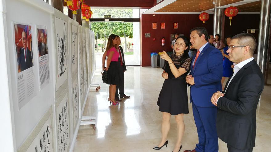 José Julián Mena y la directora de la Oficina de Asuntos Educativos en la Embajada de China en España, Zhong Xiwei, este viernes