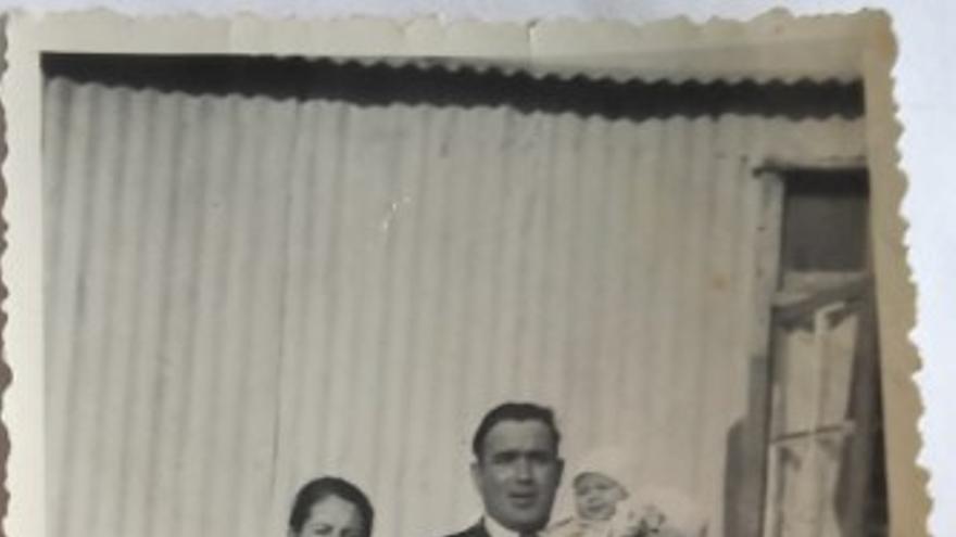 La primera y última foto de la familia Tsackos Moratalla tomada en Normandía