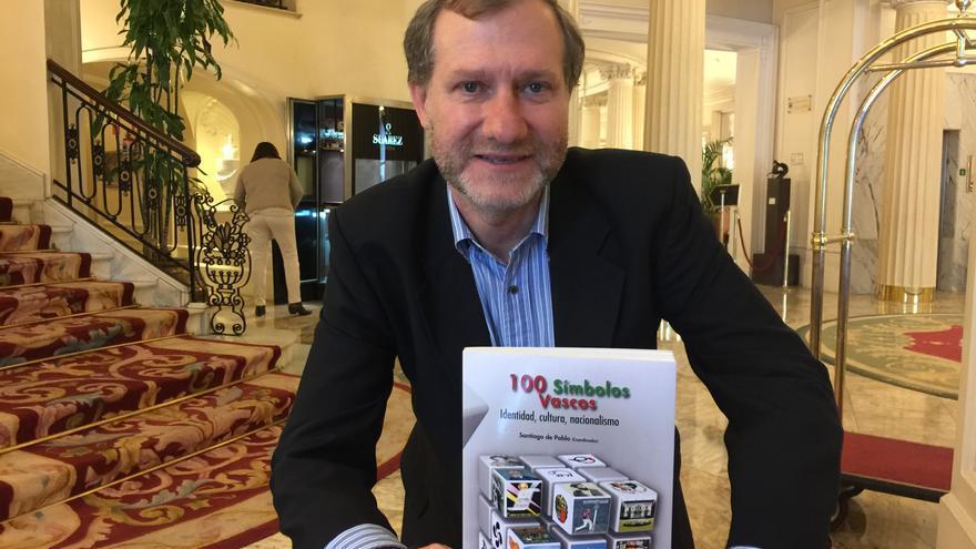 El historiador Santiago de Pablo, posa con el libro que ha publicado recientemente.