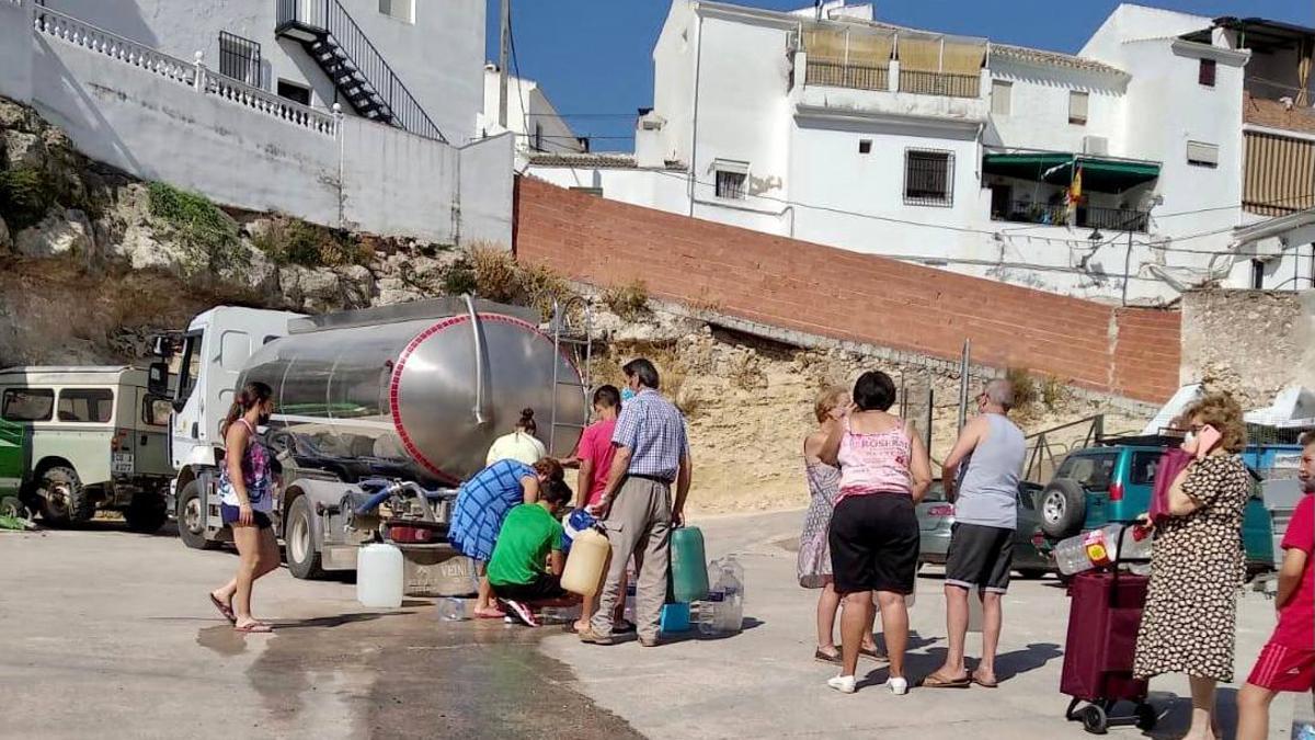 Colas de vecinos en Fuente Tójar para recoger agua de un camión cisterna