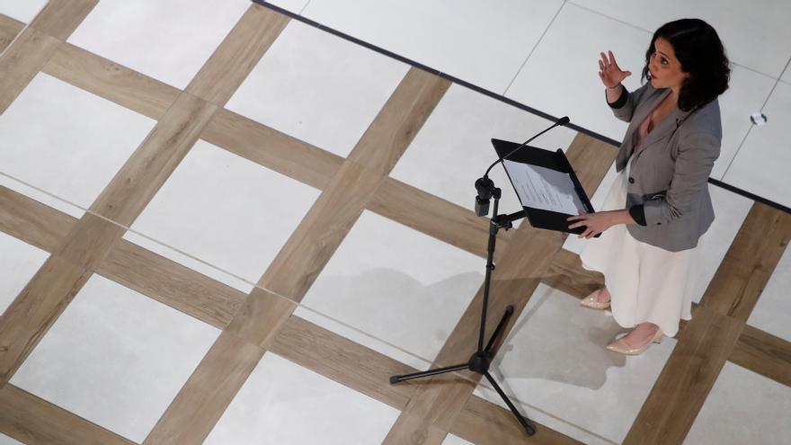 La presidenta de la Comunidad de Madrid, Isabel Díaz Ayuso, durante su visita a la nueva zona de restauración y hostelería del centro comercialXanadú en la localidad madrileña de Arroyomolinos. EFE/Juan Carlos Hidalgo