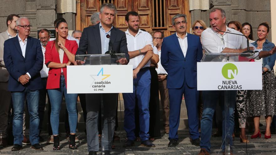 Los miembros del equipo de negociación David de la Hoz (CC) y Luis Campos (CC) presentan el programa electoral con el que la alianza concurrirá a las Elecciones Generales del 10 de noviembre.