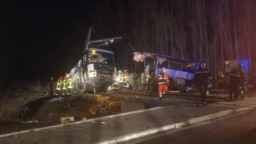 Ascienden a 4 los muertos por un choque entre un autobús escolar y un tren en Francia