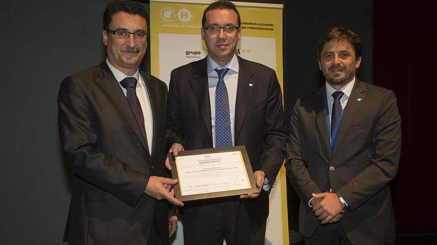 Carlos García Sicilia y Roberto Pestana, director y gerente del hotel Hacienda San Jorge, respectivamente, recogieron el premio de manos de Jorge Marichal, presidente de Ashotel.