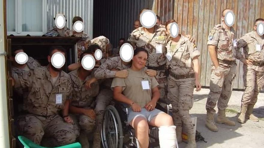 Laura, con su batallón en Afganistán, nada más sufrir heridas en la pierna mientras realizaba un registro para evitar atentados.