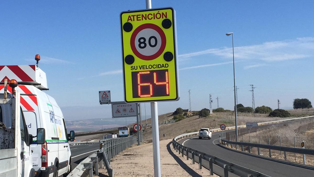 Uno de los avisadores de velocidad instalado en la Cuesta del Espino.