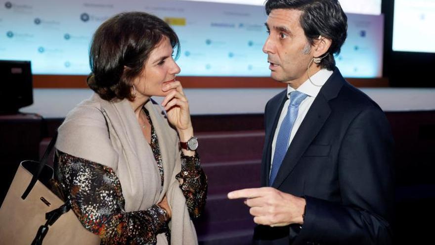 El presidente de Telefónica, José María Álvarez-Pallete (d), conversa con la presidenta de Google España, Fuencisla Clemares, durante la conferencia que ha ofrecido Álvarez-Pallete en el X Foro Exceltur, este martes en Madrid.