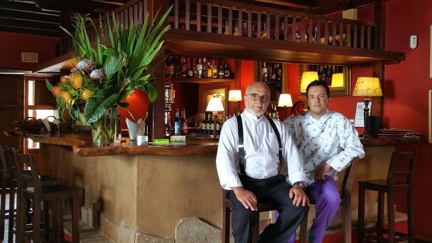 Eduardo y Óscar regentan el restaurante El Ingeniero. Foto: LUZ RODRÍGUEZ.
