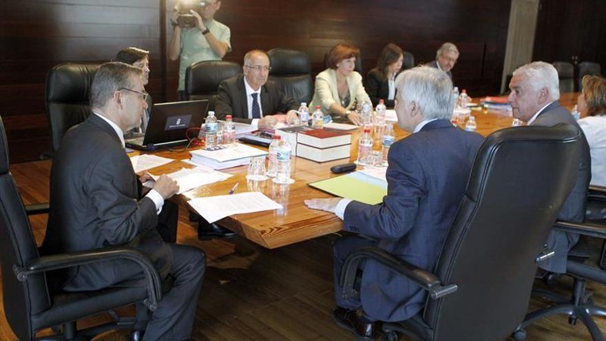 El titular del Ejecutivo canario, Paulino Rivero (i), presidiendo la reunión del Consejo de Gobierno de Canarias. EFE/ CRISTÓBAL GARCÍA