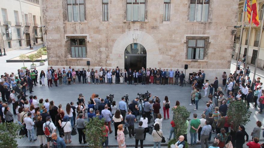 La concentración del minuto de silencio a las puertas del Palau de la Generalitat por el último asesinato machista en Alboraia