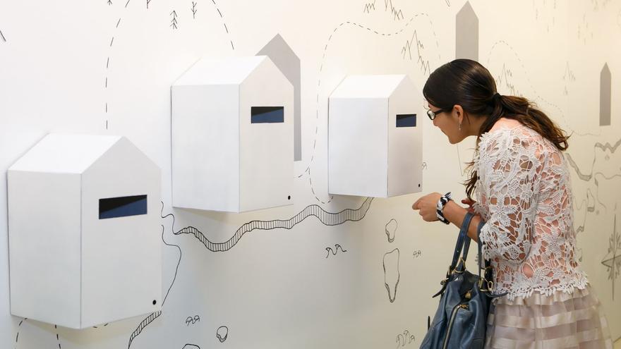 Una asistente observa parte de la muestra de 'Recorridos Habitados'.