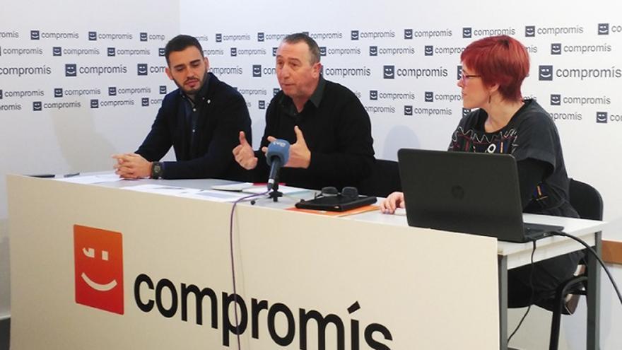 Fran Ferri, Joan Baldoví y Àgueda Micó, durante la comparecencia en la sede de Compromís