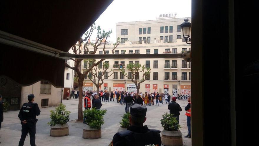 Agentes de la Policía Nacional situados en la plaza del Pilar de Valencia, donde se encuentra la sede de Compromís, por la presencia de un grupo de extrema derecha