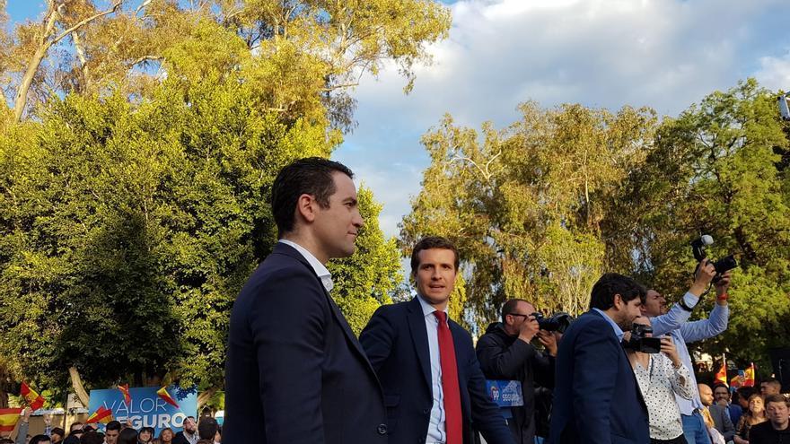 Pablo Casado junto con Teodoro García Egea y Fernando López  Miras en un mitin en la Explanada del Malecón / E. R.